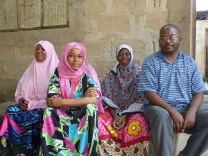 Akama (2. von re.) mit unserem Projektbetreuer Shaha sowie ihren Schwestern