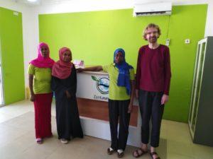 Mitglieder der Wäscherei-Kooperative und Sebastian vom Vorstand von Hilfe für Sansibar